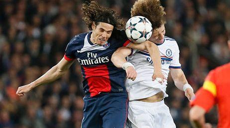 Edinson Cavani, l'attaquant du PSG à la lutte avec la défense de Chelsea