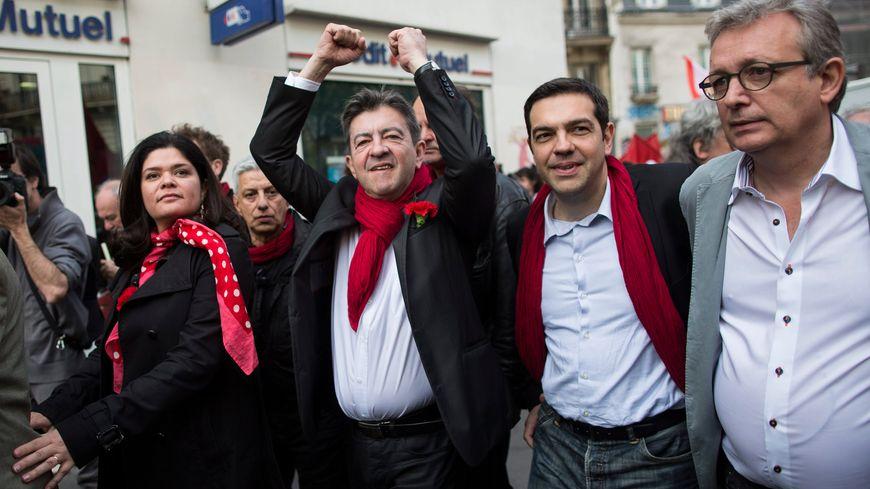 Jean-Luc Mélenchon (avec l'écharpe rouge), coprésident du Parti de gauche, défile à Paris contre l'austérité
