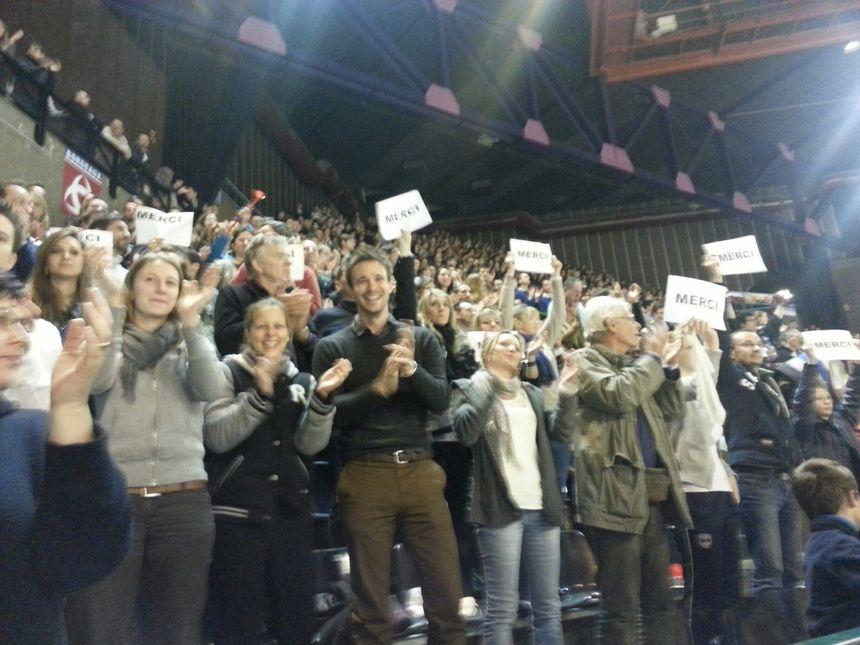 Le public de Mériadeck debout à la fin du match - Radio France
