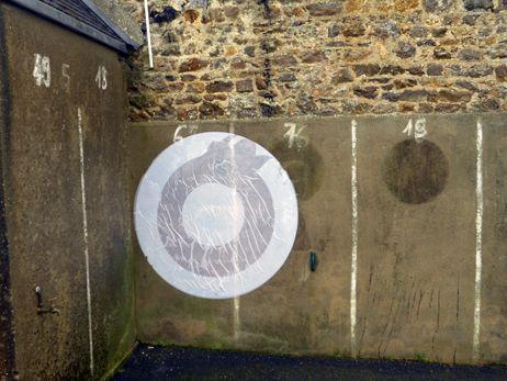 De nouvelles affiches sont apparues, ici sur le mur de la salle des mariages de Regnéville-sur-Mer.  - Bénédicte Courret - Radio France