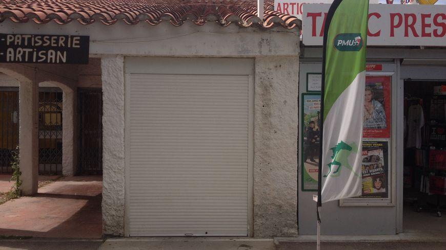 Le rideau baissé du local qui abritait le distributeur automatique de billets