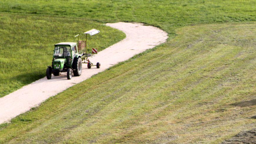 L'adolescent a volé un tracteur vert (illustration).