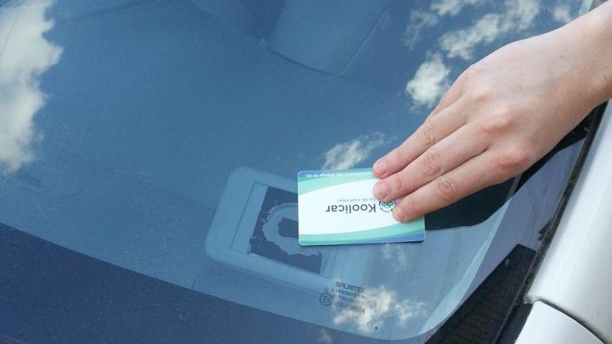 La clé reste dans la voiture. Le véhicule s'ouvre désormais grâce à un badge que possède le loueur et le locataire.