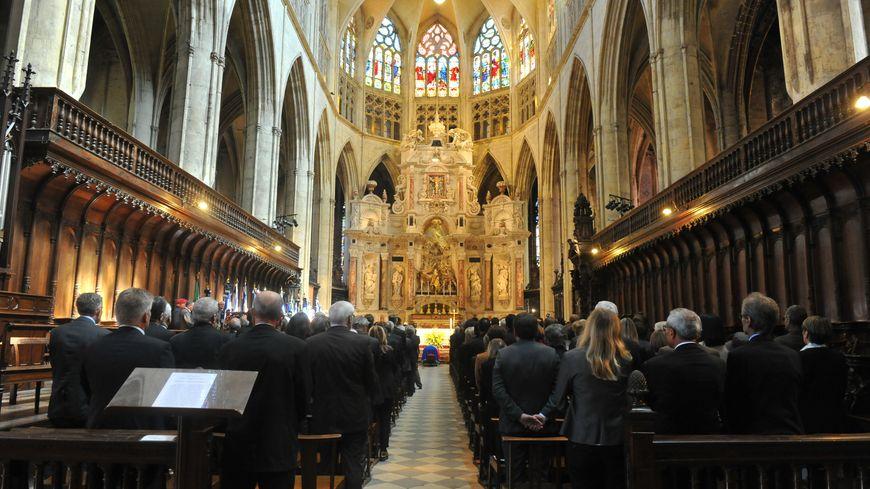 La cérémonie avait lieu dans la cathédrale Saint-Étienne.