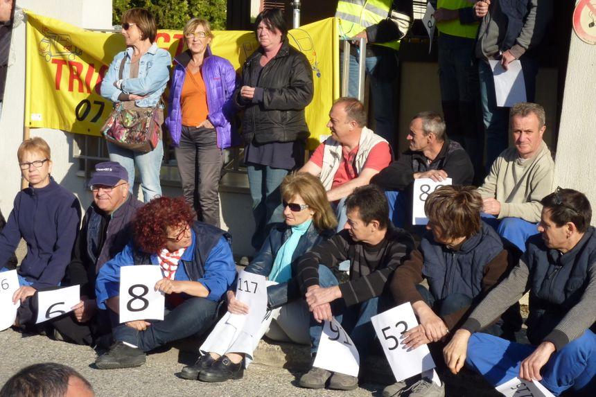 119 panneaux pour matérialiser 119 licenciements chez Trigano à Tournon - Stéphane Milhomme - Radio France