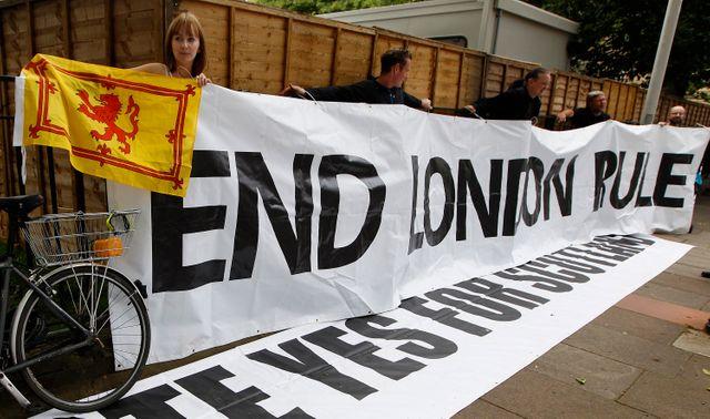 Ecosse : banderole déployée par des militants du oui
