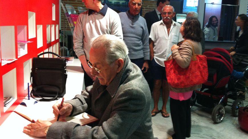 Les toulousains signent le livre d'or après le décès de l'ancien maire de la ville, Dominique Baudis.