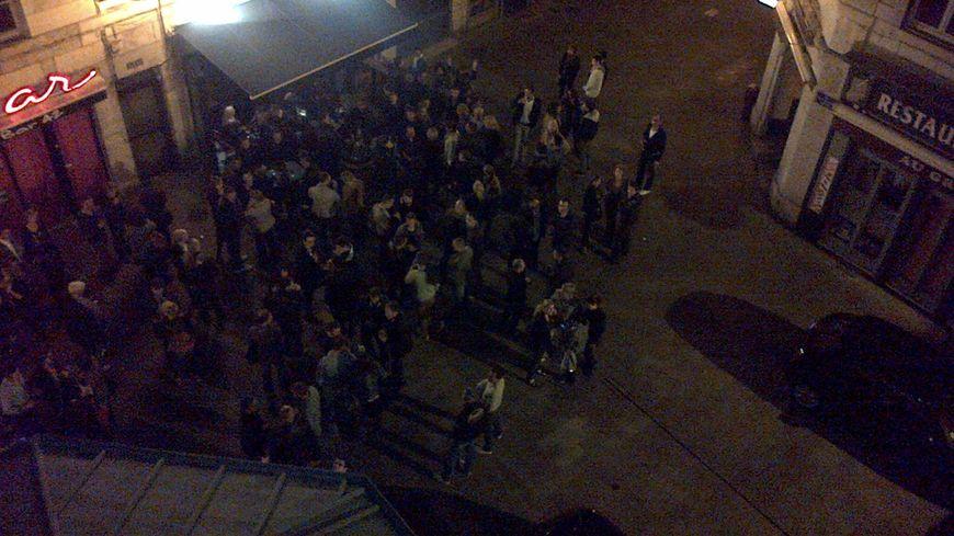 Des dizaines de fêtards se rejoignent tous les soirs dans la rue Bersot.