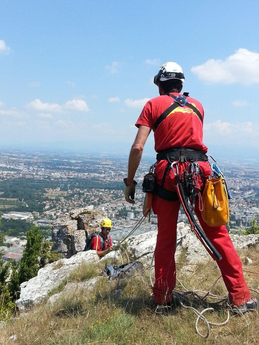 Les géologues sont descendus en rappel aux abords du lieu de l'éboulement sur la falaise de Crussol - Radio France