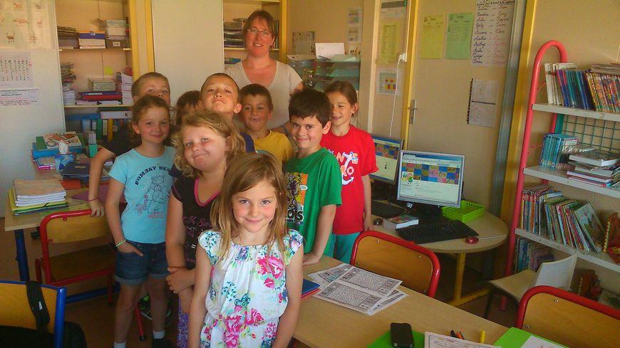 Les élèves de l'école Notre Dame de Brûlon et leur maîtresse