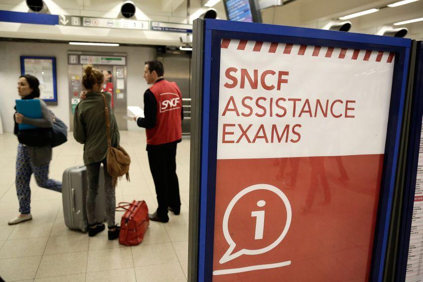 La SNCF a mobilisé 10.000 gilets rouges pour aider les lycéens qui passent le bac à trouver un train - Vincent Isore - MaxPPP