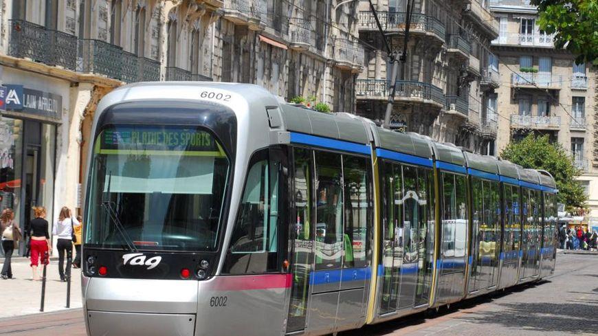 Un tram de la ligne A à Grenoble.