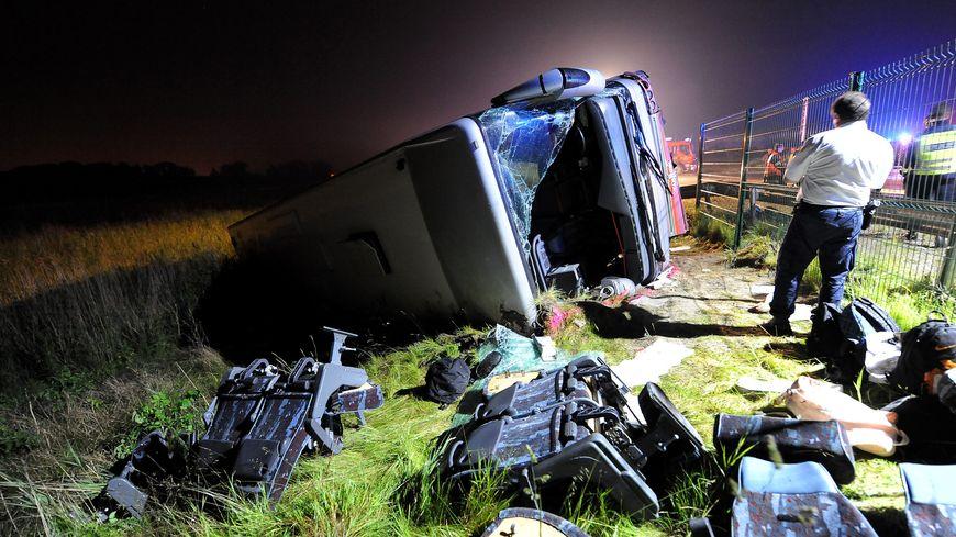 Un accident de car fait un mort et dix blessés à Loon-Plage
