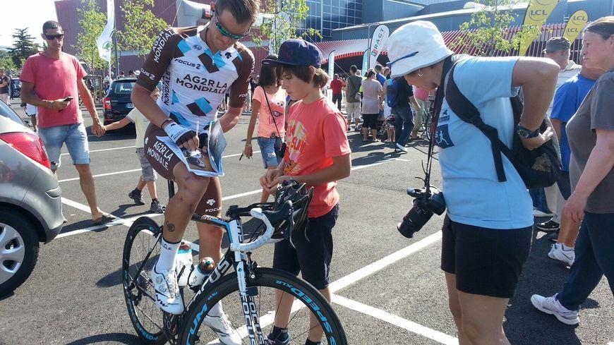 Les fans de vélo courrent après les autographes et ça commence très tôt (ici un supporter de Maxime Bouet)