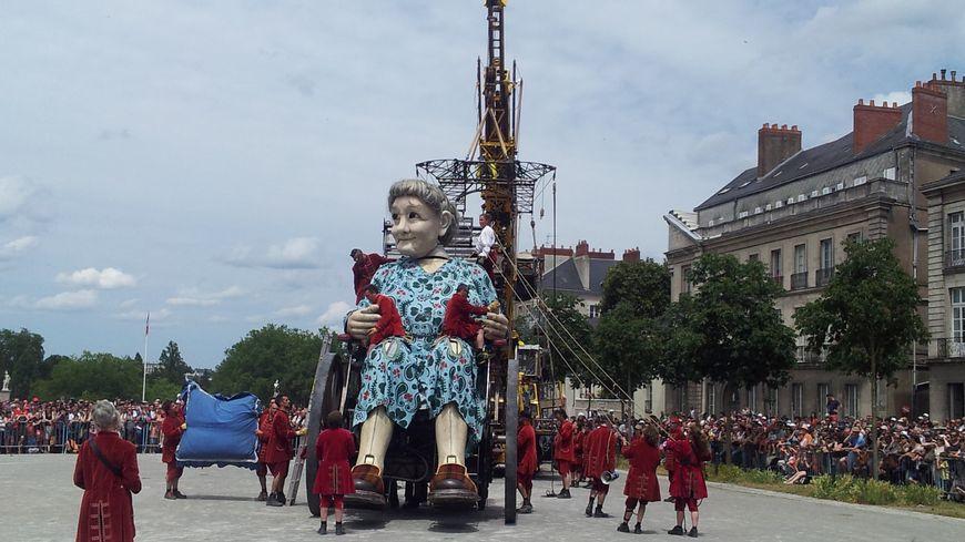 Les Lilliputiens ceux qui font bouger les Géants de Royal de Luxe s'affairent autour la Grand-Mère.