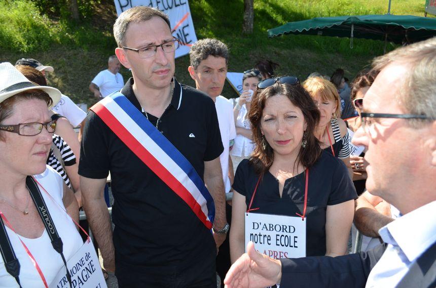 Manifestation à Campagne : le député Germinal Peyro pris à parti par les parents d'élève et un élu pour garder la classe de CP - Radio France