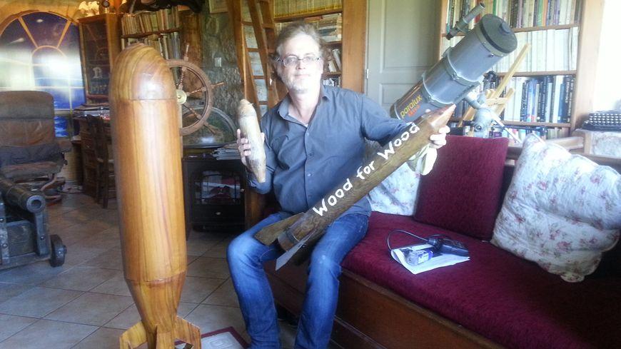 Pierre-Antoine Courouble chez lui en Ardèche avec sa collection de bombes en bois
