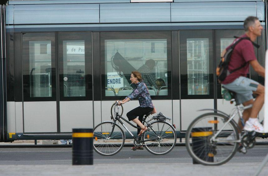 Le vélo ou le tramway : les meilleurs moyens de venir à Bordeaux fête le vin - Maxppp