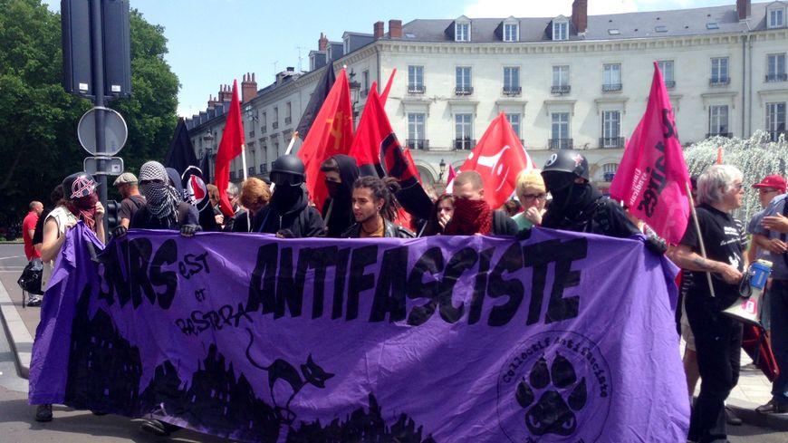 Cortège antifasciste devant la mairie de Tours