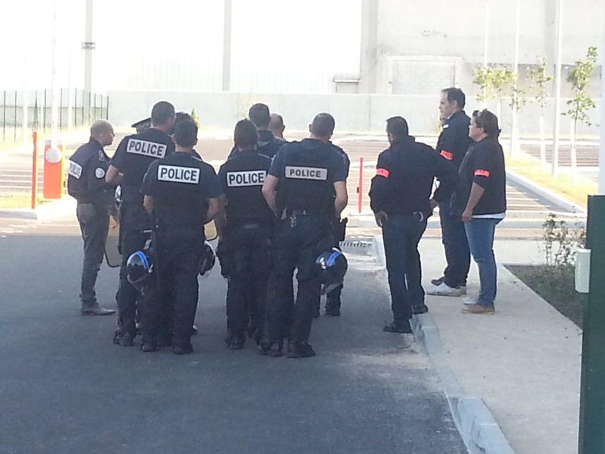 La police est intervenue pour évacuer les intermittents qui avaient pénétré dans le Pôle Emploi quartier Briffaut à Valence - Radio France