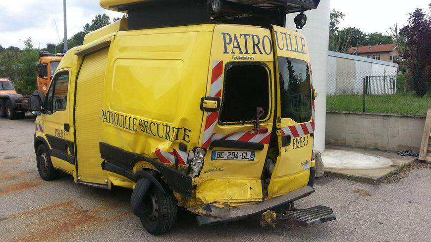 Le fourgon accidenté de la Direction interdépartementale des routes.