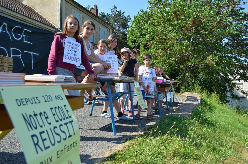 Manifestation à Campagne pour garder la classe de CP, les premiers concernés ont sorti leurs tables et chaises de l'école - Radio France