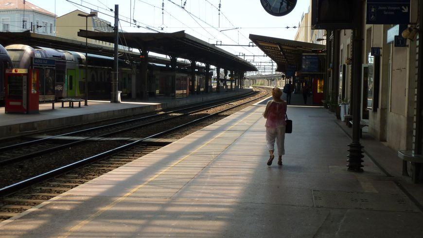 En gare de Valence, une voyageuse et peu de trains ce jour de grève, le 11 juin 2014