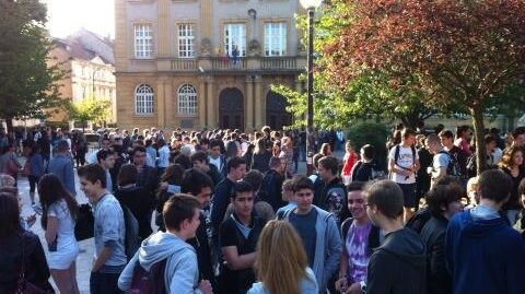 Les candidats à l'épreuve de philosophie devant le lycée Georges de la Tour à Metz