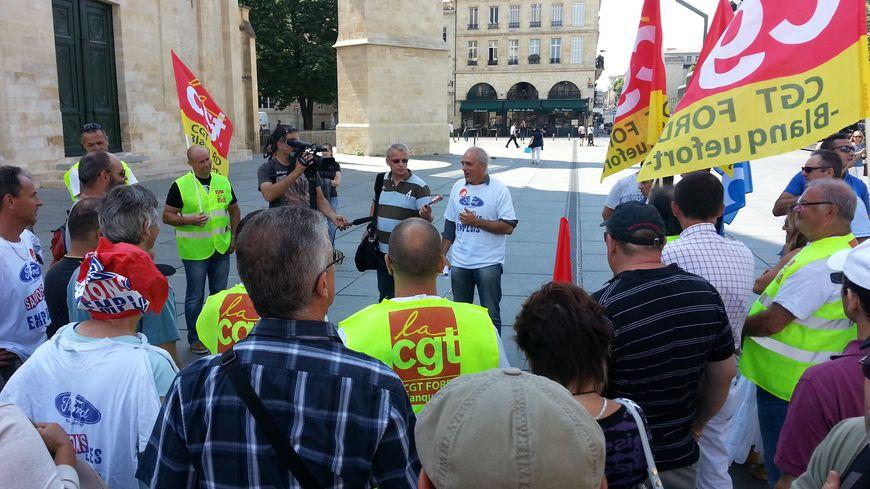 Une quarantaine de Ford Blanquefort se sont retrouvés devant la mairie de Bordeaux