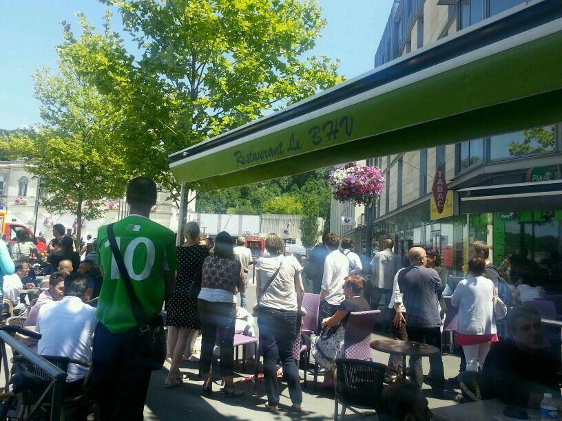 Les badauds nombreux pendant la fouille des locaux par le GIPN - Radio France