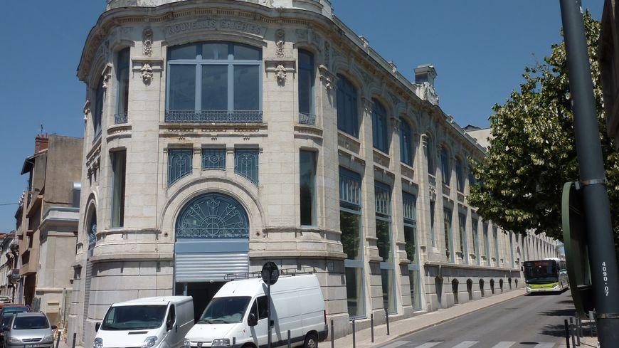 """Dans le centre de Valence, une des entrées des """"Galeries"""" en fin de travaux, le 11 juin 2014."""