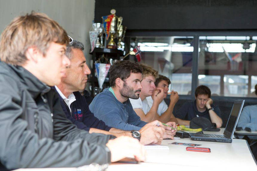 Clément Salzes (au centre) concentré lors du briefing des bizuths. - A.Courcoux