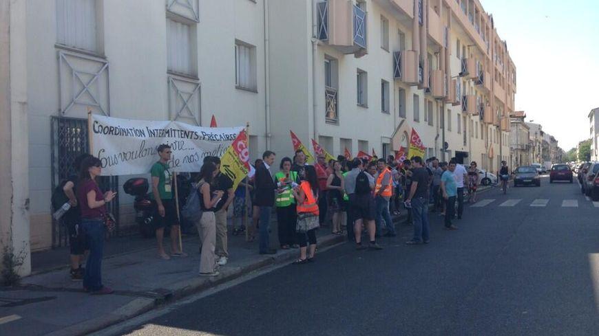 Les cheminots et les intermittents du spectacle devant la Fédération PS de la Gironde à Bordeaux