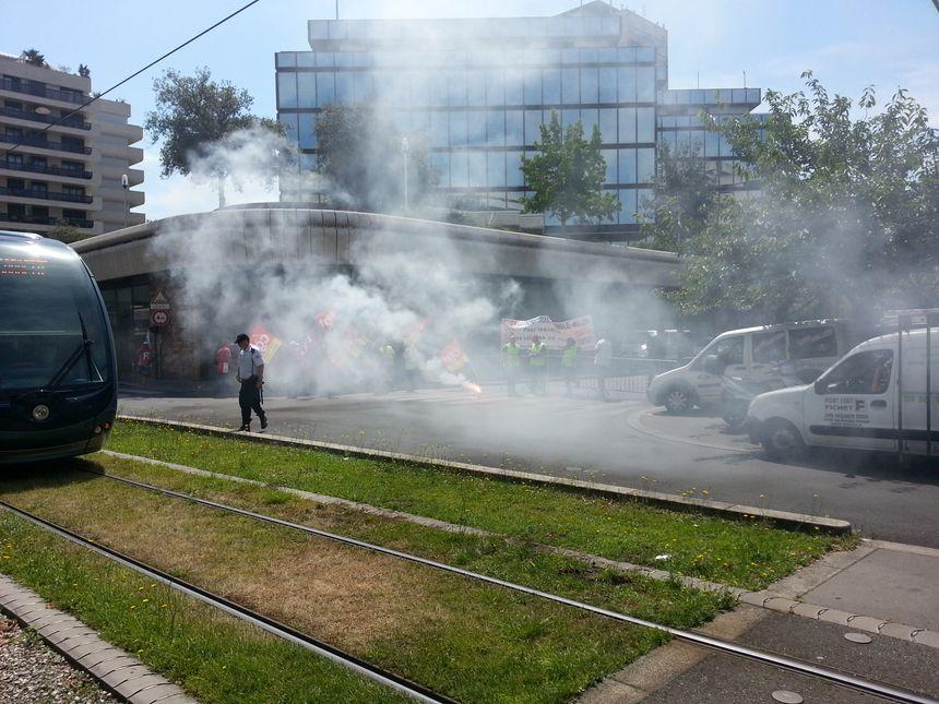 Une quarantaine de Ford Blanquefort se sont retrouvés devant la mairie de Bordeaux - Radio France