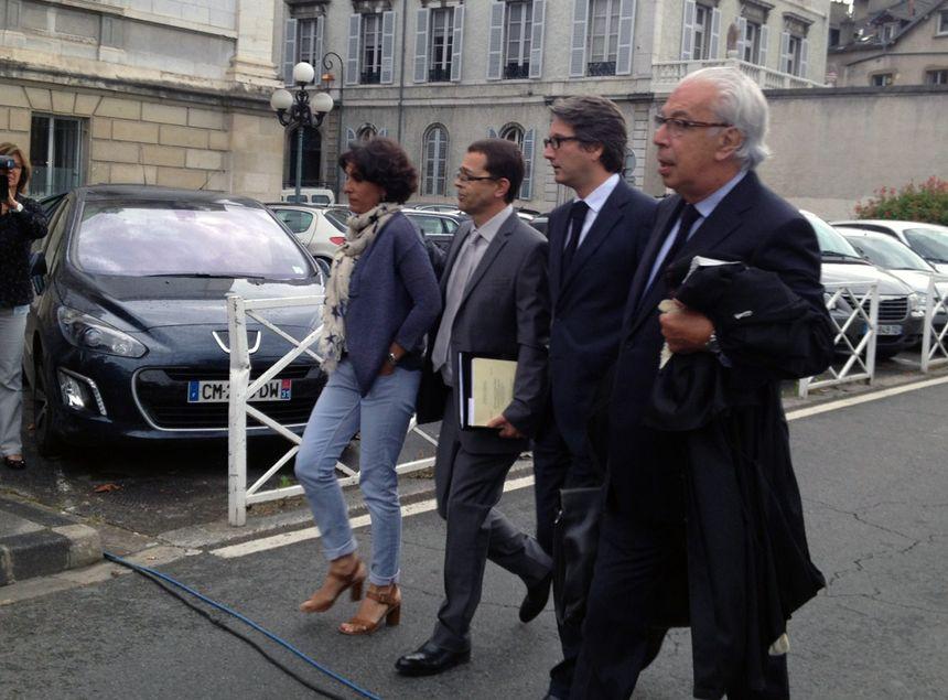 Nicolas Bonnemaison (à gauche avec son épouse) arrive aux assises de Pau, accompagné de ses avocats. - Radio France