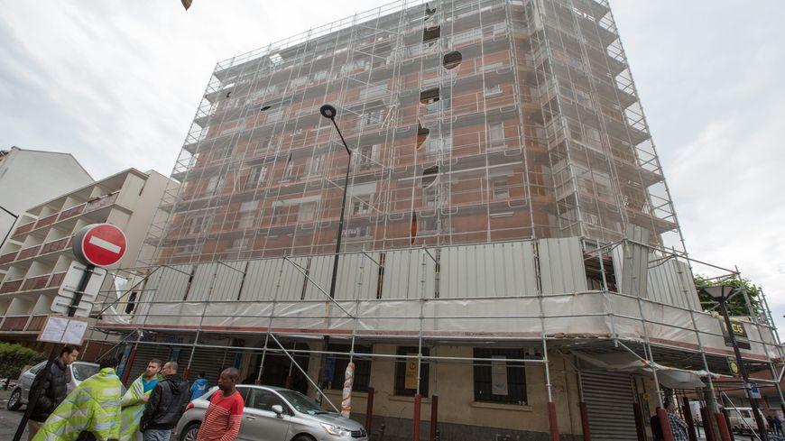 Une partie des habitants de l'immeuble ont pu s'enfuir par l'échafaudage construit devant sa façade