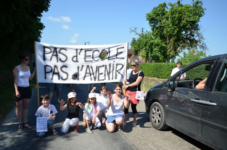 Manifestation à Campagne pour garder la classe de CP : difficile de circuler toute la matinée - Radio France