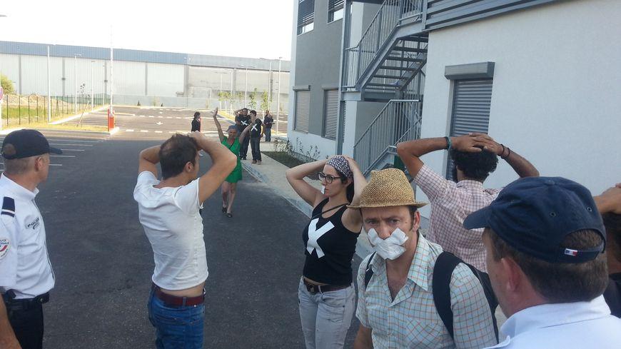 Les intermittents investissent Pôle Emploi Briffaut à Valence avant d'être évacués par la police