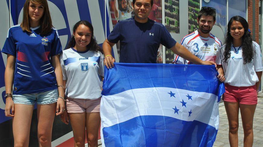 Jeunes Français et Honduriens vont agiter leurs drapeaux respectifs pendant le match