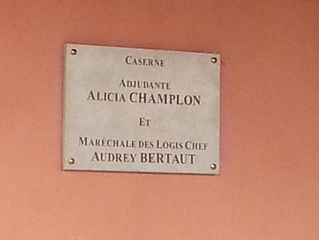 Plaque commémorative en hommage aux deux gendarmes tuées - Christelle Marquès / Radio France