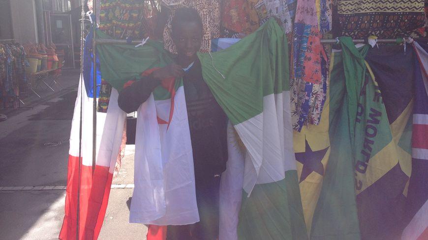 Moctar, 15 ans, brandit le drapeau algérien et nigérian