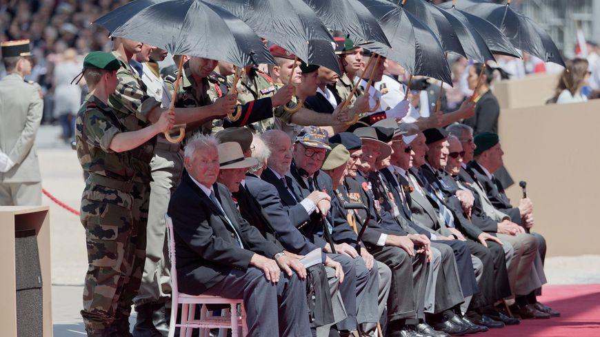 Des vétérans protégés du soleil sur la plage de Ouistreham.
