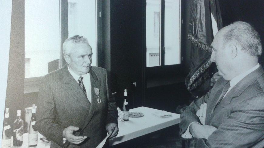 Albert Grail avec Lucien Neuwirth le 12 avril 1986 lors de la remise de la Légion d'Honneur