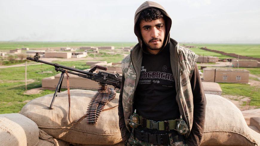 Un combattant kurde en Syrie, où se déploient aussi les djihadistes de l'EEIL