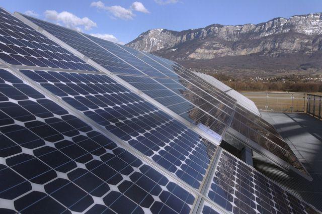 Panneaux solaires à l' INES, l'institut national de l' energie solaire à Technolac au Bourget du Lac