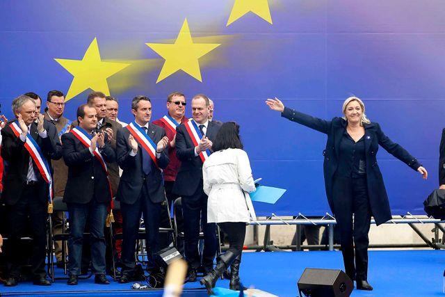 Le 1er mai 2014 M. Le Pen avec certains des nouveaux maire Front National