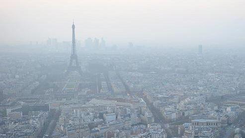 Le pic de pollution peut entraîner un voile dans le ciel, comme ici à Paris en mars 2012