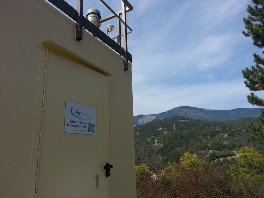 La nouvelle station de mesure de la pollution d'Air Rhône-Alpes à Saint-Nazaire-le-Désert (2) - Radio France