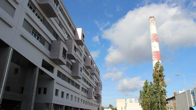 La cheminée (aujourd'hui inactive) est un symbole du CHU Gabriel-Montpied