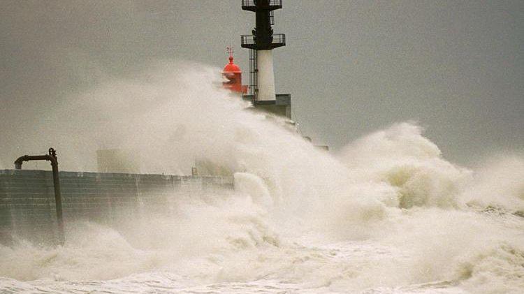 Tempête sur les digues du port du Havre le 25 décembre 1999.